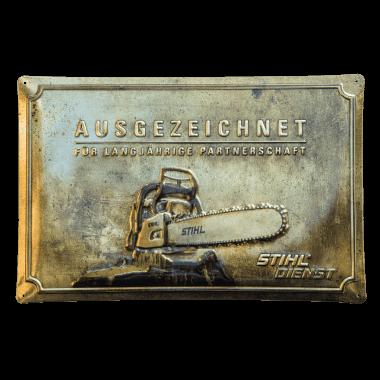 Geprägtes Blechschild Stihl, 60 cm x 40 cm,  in drei metallischen Varianten, hier Gold
