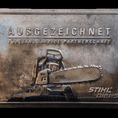Geprägtes Blechschild Stihl, 60 cm x 40 cm in drei metallischen Varianten, hier Bronze