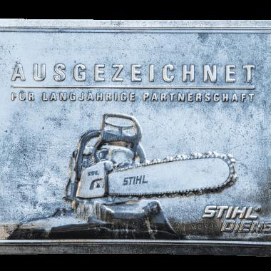 Geprägtes Blechschild Stihl, 60 cm x 40 cm in drei metallischen Varianten, hier Silber