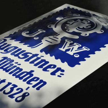 Großes Emailleschild Augustiner, 470 mm x 740 mm, Blau auf Weiß schabloniert