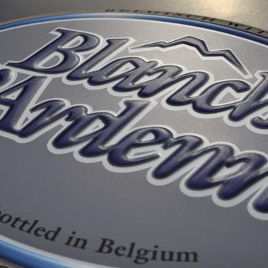 Blanche d`Ardenne Aluminiumschild, Detail der Prägung
