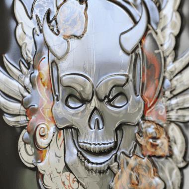 Trojka Devil Blechschild, Detail der Prägungen