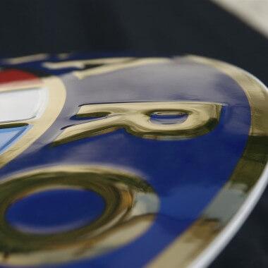 Emailschild Alfa Romeo, hier Detail der Prägung mit Echtgold