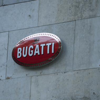 """Bugatti Emailleschild, hier sieht man wie das Schild durch die verdeckten Aufhängungen von der Wand entfernt """"schwebt"""""""