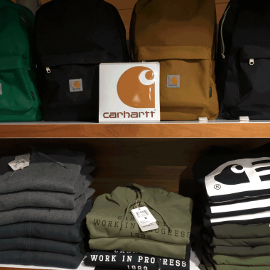 Carhartt-Display im Regal am POS