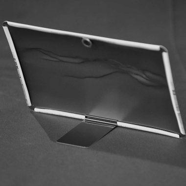 Abnehmbarer Metallfuß für Blechschild, liegt flach im Polybeutel und kann nach Bedarf eingesetzt werden