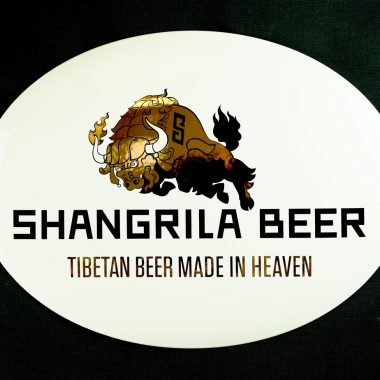 Emailleschild Shangrila Beer, ein schönes Beispiel für die Wirkung von Echtgold auf Emailleschildern